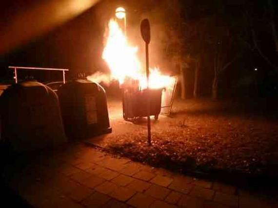 Několikrát za večer hasiči hasili požáry kontejnerů Foto. HZS JMK