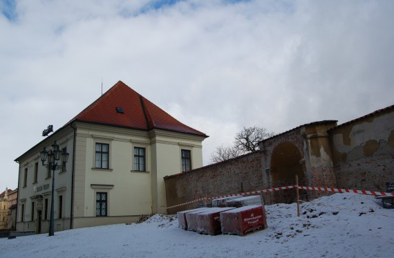 Zeď v sousedství Diecézního muzea Foto. MMB