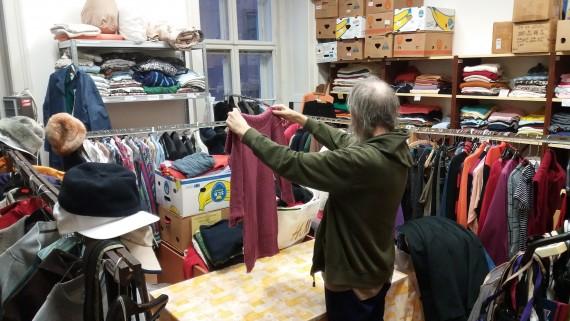 Sociální šatník pomáhá lidem bez domova Foto: MMB