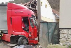 Kamion narazil do domu v Blansku Foto: ZZS JMK
