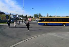 Místo, kde lidé musí přejít bez přechodu Foto: Centrum news